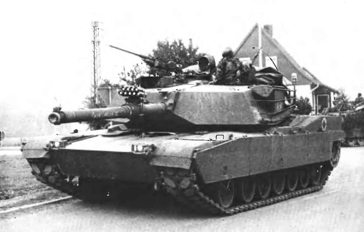 Основной боевой танк М1 «Абрамс» во время манёвров в Германии. 1980-е годы.