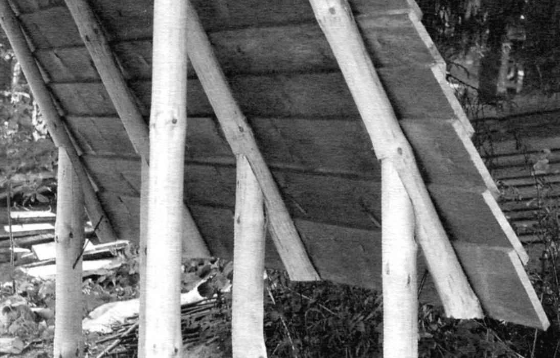 Верхние доски крыши прикрывают нижележащие