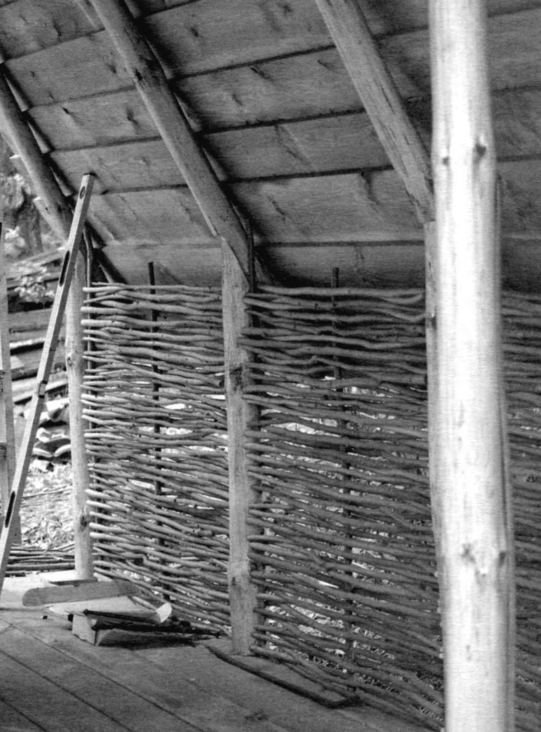 Оплётка ветками «стены» шалаша