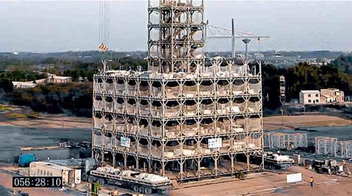 056:28:10 Центральная «башня» площадью в четыре сегмента (7,8 x7,8 м) по темпам строительства обгоняет окружающую часть Т30, служит аналогом лесов и опорой для башенного крана, «растущего» вместе со зданием