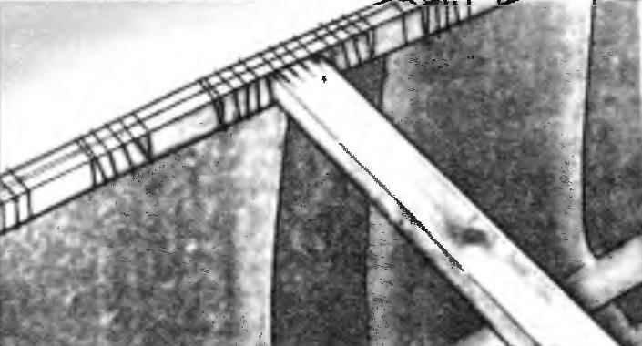Крепление поперечной стяжки бортов и тканевые накладки на бортовые швы.