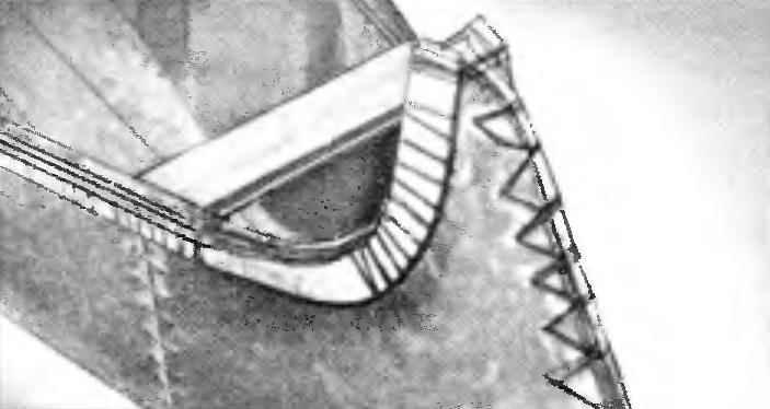 Рейка носовой части каноэ похожа на хоккейную клюшку (их можно использовать при оформлении носа и кормы).