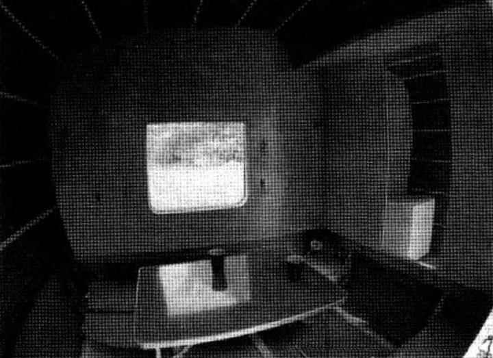 Жилой отсек (за столом под окном видна скамейка с опушенным лежаком)