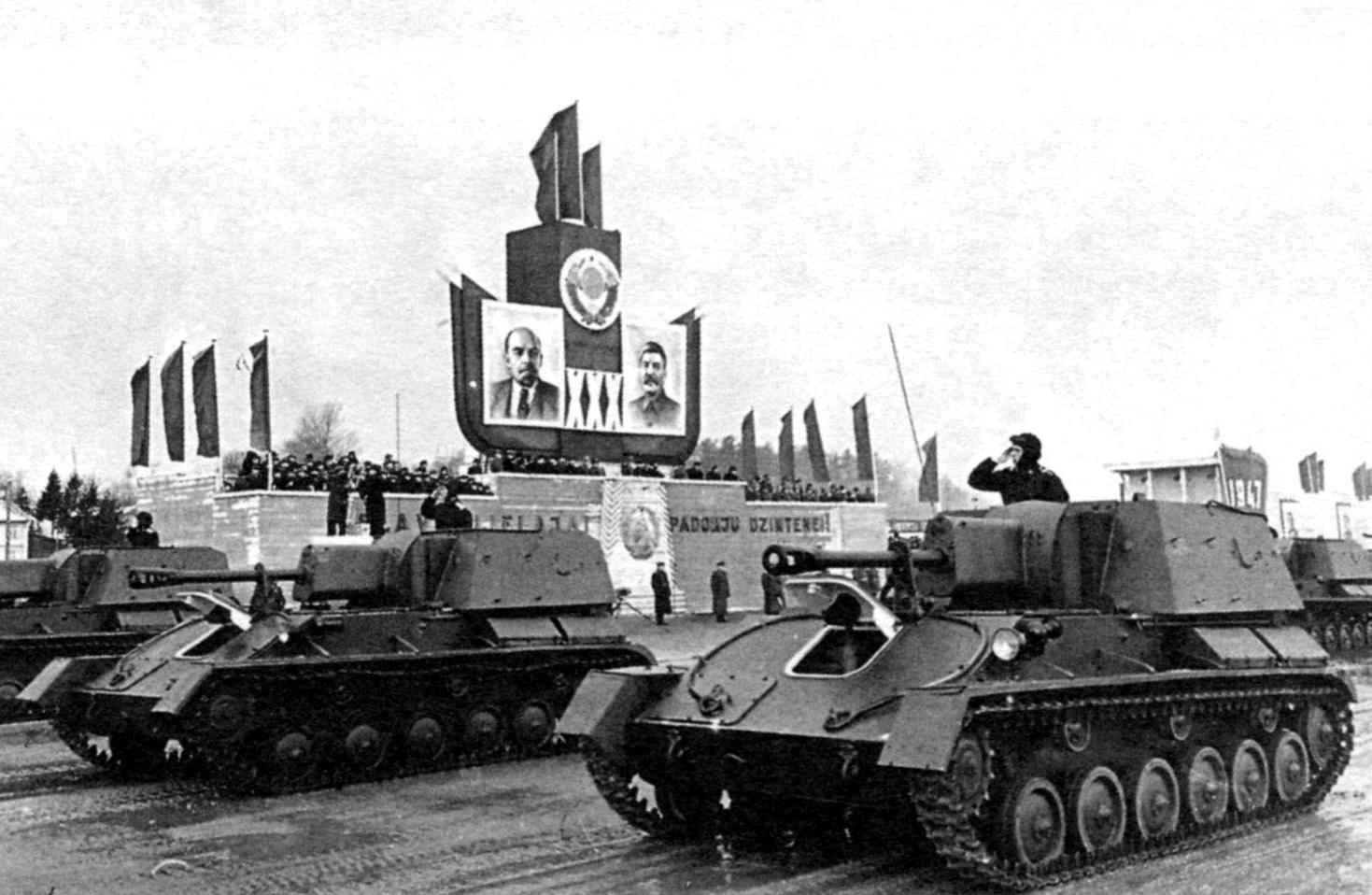 СУ-76М поздних выпусков во время парада в Риге, 7 ноября 1947 года