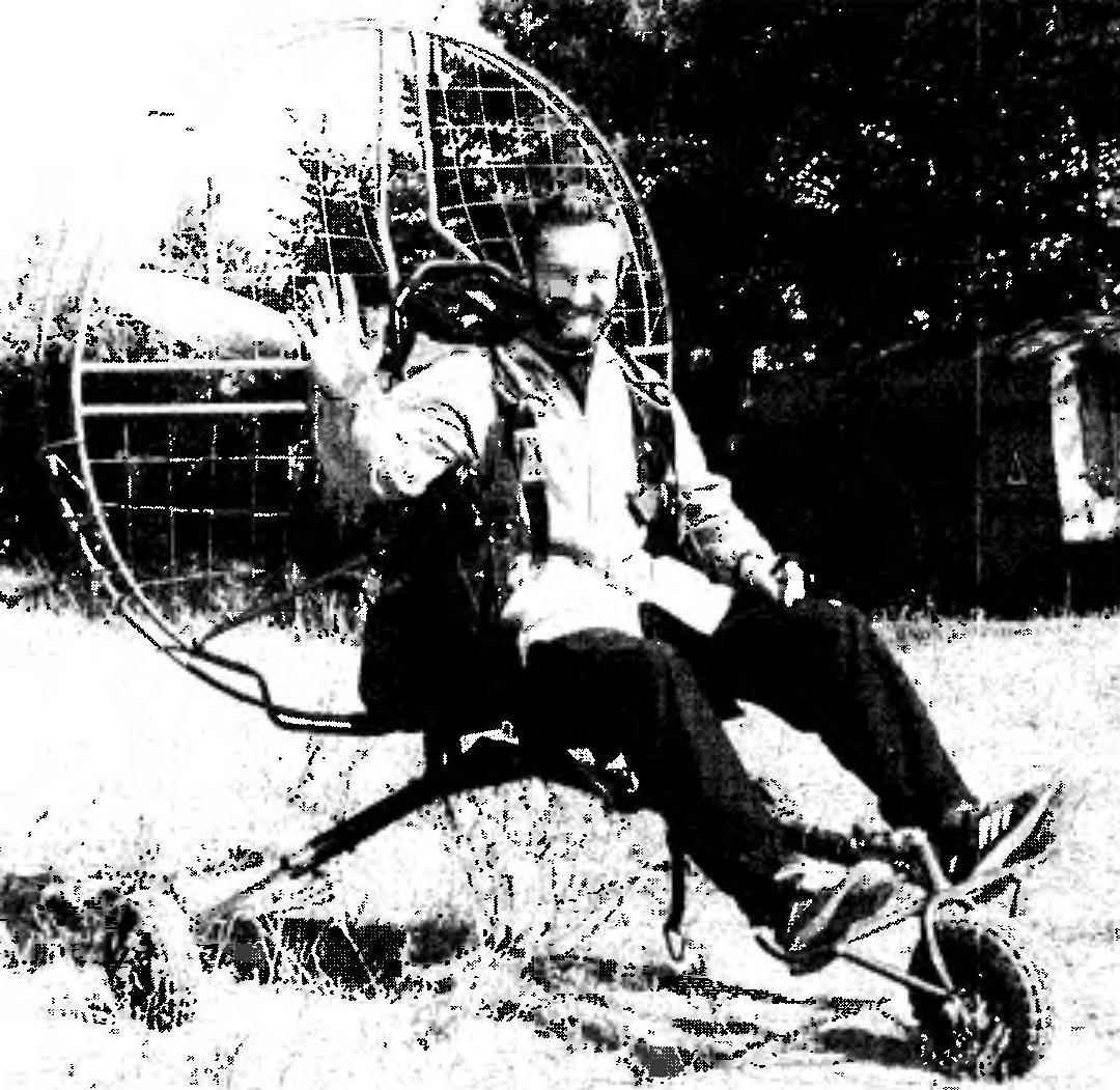 Пилот парапланера Александр Харбелня из г. Твери перед испытаниями новой конструкции парамоторной тележки па аэродроме Змеево