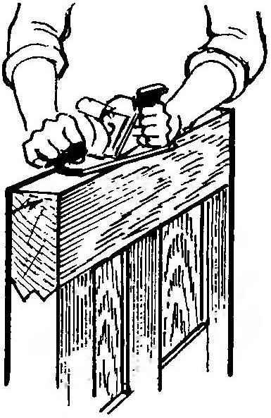 Рис. 1. Стесывание кромок осевшей двери с помощью рубанка