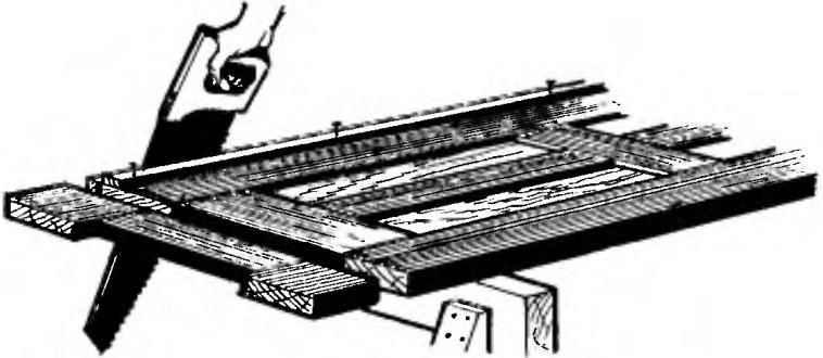 Рис. 6. Опиливание двери с использованием направляющих реек
