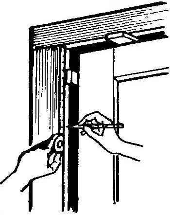 Рис. 7. Временная установка исправленной двери с помощью клиньев для разметки под петли