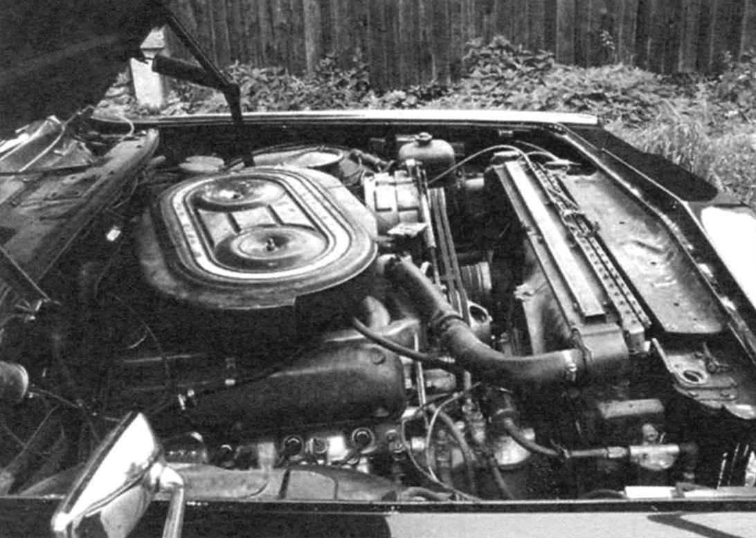 Подкапотное пространство автомобиля ГАЗ-14