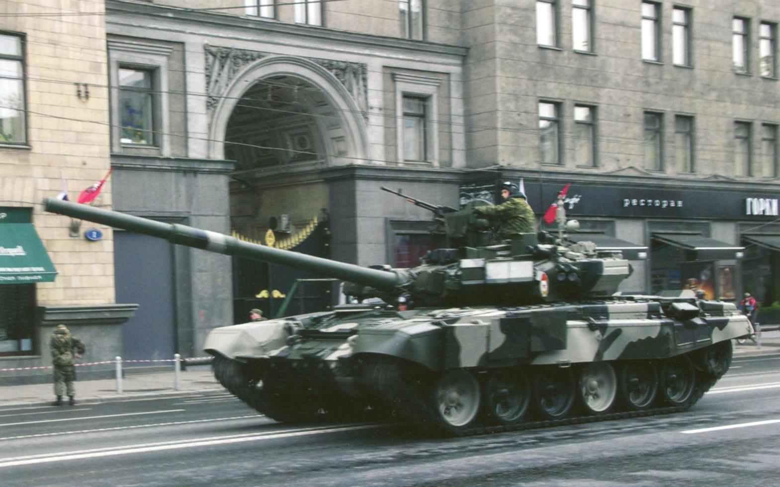 Танк Т-90А по пути на Красную площадь. Москва, 2010 год