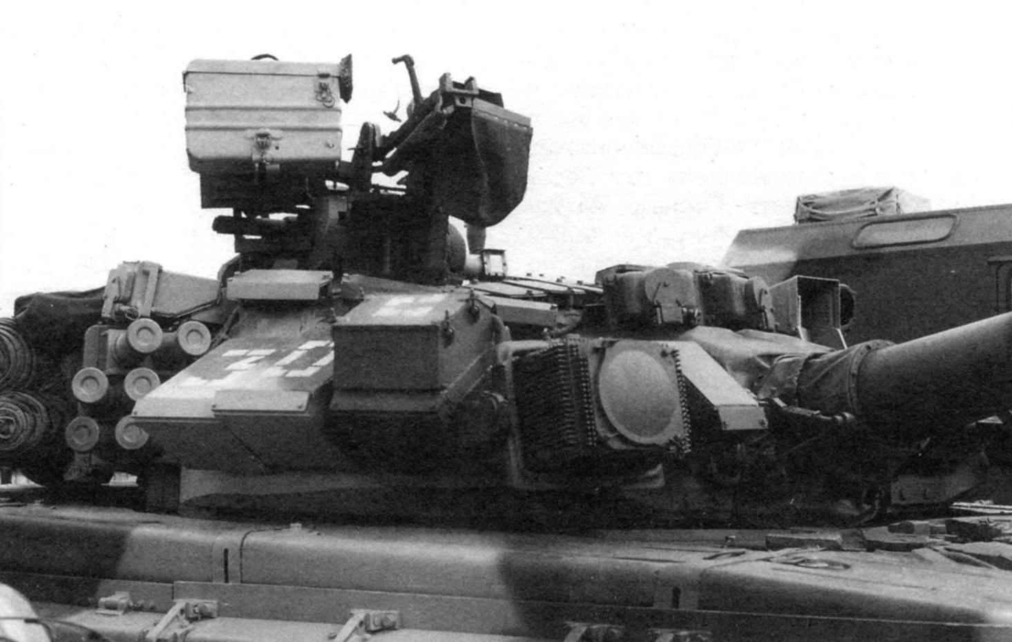 Башня Т-90 крупным планом. Над стволом пушки установлены приёмные головки обнаружения лазерного излучения, а справа от пушки - правый осветитель системы оптикоэлектронного подавления «Штора-1»