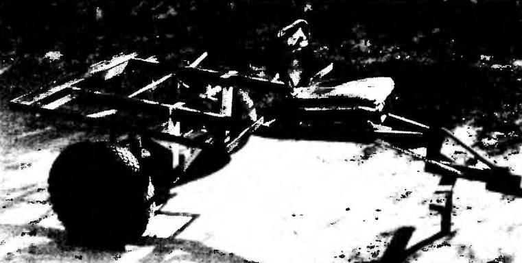 В качестве ходовой части прицепной тележкн использоваи передний мост мотоколяски в сборе