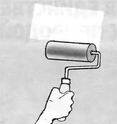 Рис. 15. Для наклейки обоев на стены предварительно наносится слой клея. Это удобно делать с помощью валика