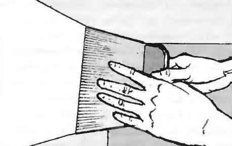 Рис. 6. С густой шпаклёвкой работают широким шпателем