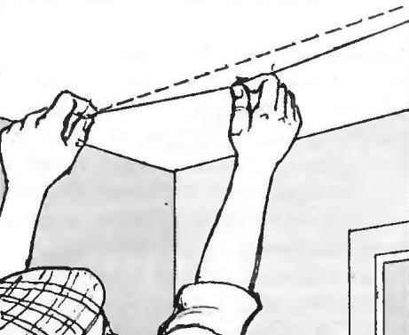 Рис. 7. Перед оклейкой потолка выполняют разметку для первого полотна обоев с помощью линейки или отбивкой шнуром, с красящим порошком