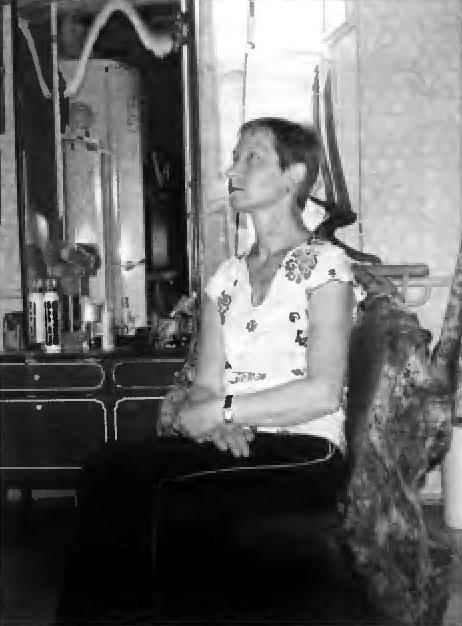 Дама в кресле из ствола берёзы с проросшим на нём капом. Для удобства перемещения столь массивного сооружения автор предусмотрел мебельные колёса