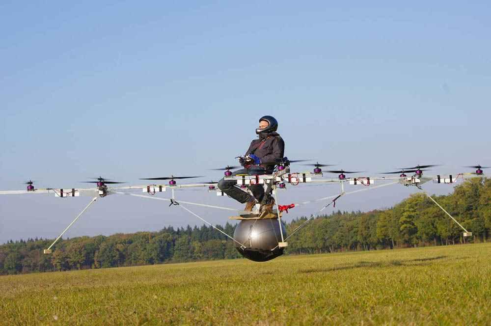 Беспрецедентный пилотируемый полет на экстравагантном вертолете - электрическом аппарате, у которого 16 пропеллеров