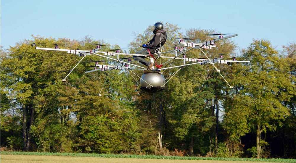 Пилотируемый мультикоптер может находиться в воздухе до 30 минут (в зависимости от загрузки и емкости батареи). При этом летательный аппарат благополучно совершит посадку, даже если откажет четверть его двигателей