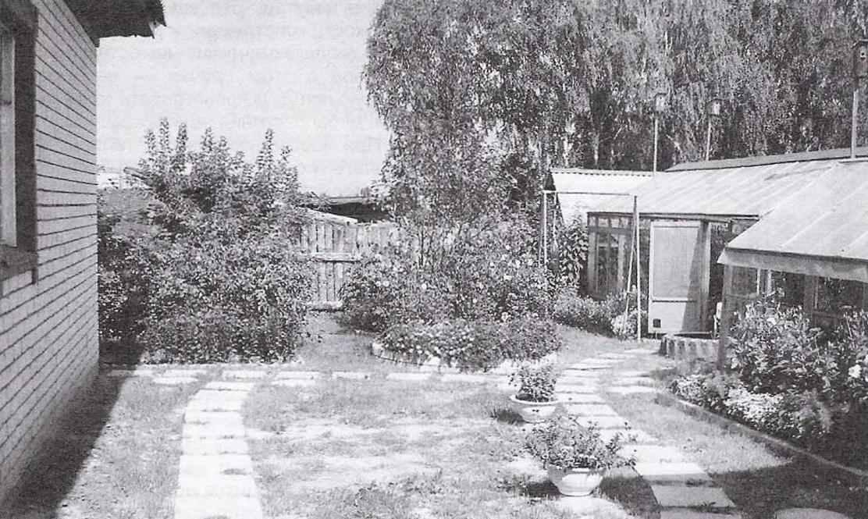 Садовые дорожки из квадратных бетонных плит и с круглыми бетонными «подцветочницами» вдоль них