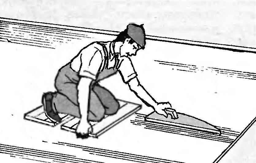 Тщательная затирка цементной стяжки гарантирует качество покрытия линолеумом