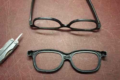 Выдавите стекла или разберите очки, если это возможно
