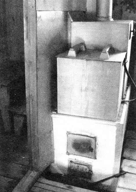 Печь-каменка и парилка за дверью слева