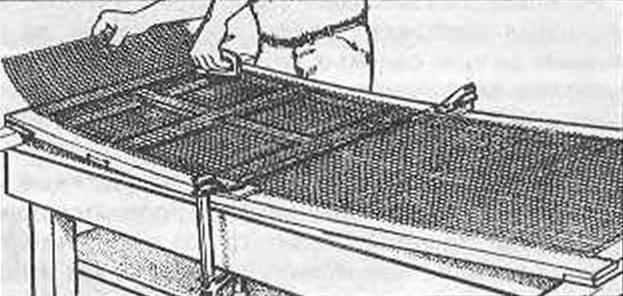 Рис. 11. Крепление сетки с помощью столярного степлера