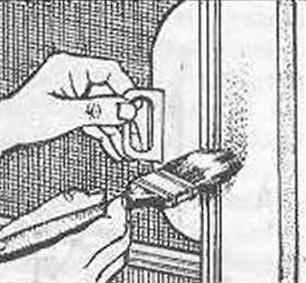 Рис. 16. Окраска деревянной части двери с использованием защитного щитка