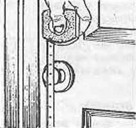 Рис. 2. Замер внутренних размеров дверной коробки и высоты расположения ручки