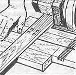 Рис. 5. Надпиливание вполдерева мест шиповых соединений брусков с помощью циркулярной пилы (или ножовки)