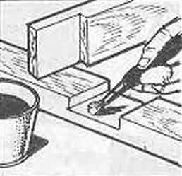 Рис. 7. Нанесение клея на шиповые соединения брусков