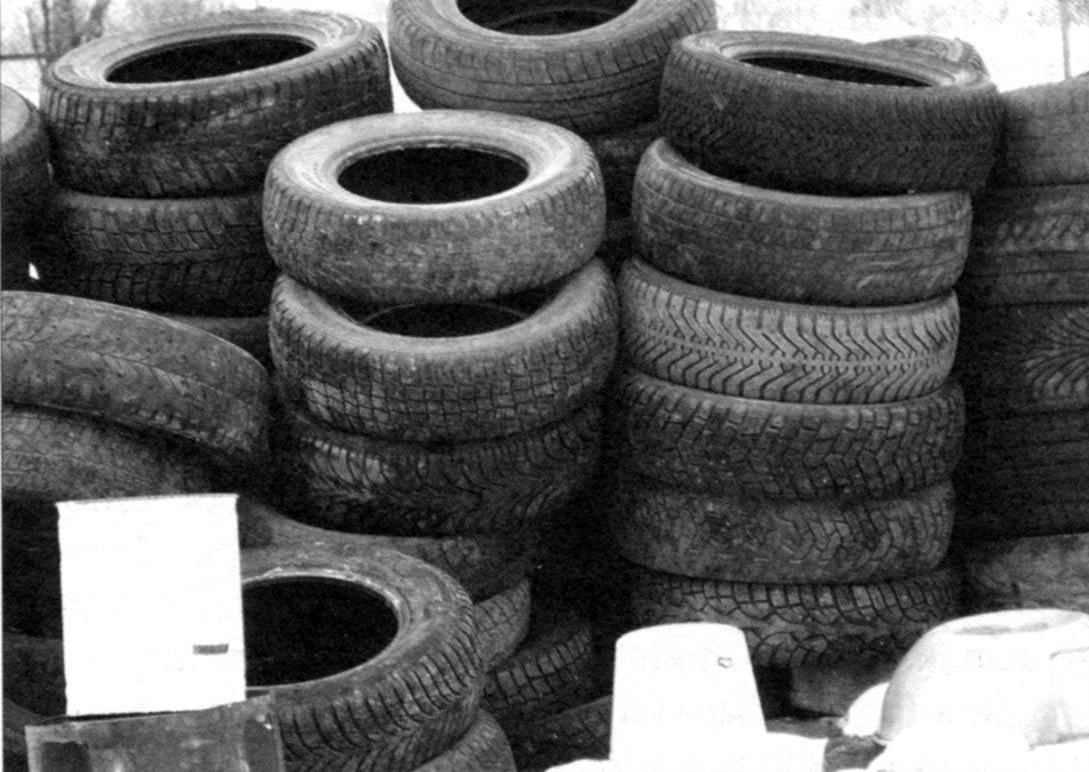Это не просто куча старых автомобильных шин — это материал для стенок будущего бассейна