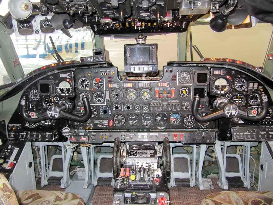 Кабина пилотов самолёта Ан-26Б
