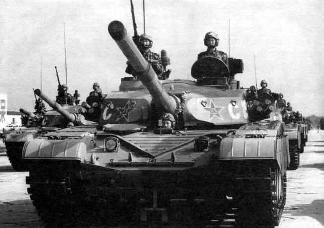 Коломна танков «Тип 98» на военном параде в честь 50-летия образования КНР. Пекин, 1 октября 1999 г.