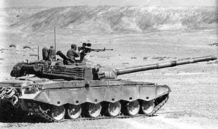 Танк «Тип 98» в дозоре. В открытом люке за пулемётом командир машины