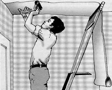 «Старт» оклейки потолка: прихватывание начала полотнища
