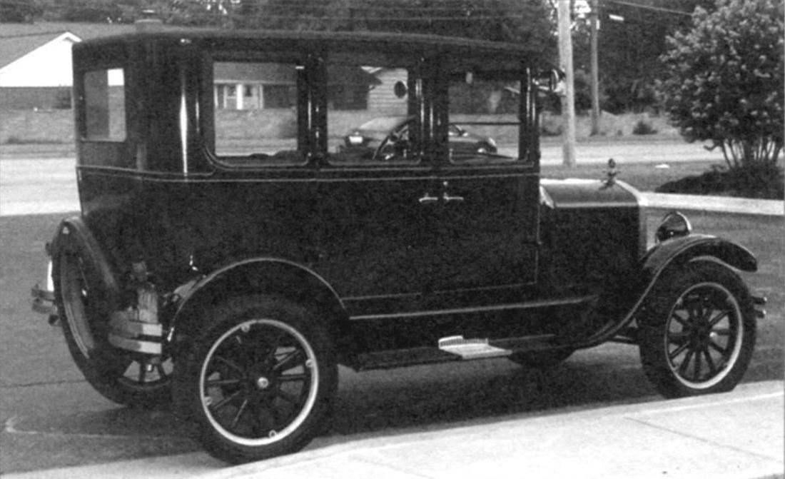 Четырёхдверный Ford-Т. Обратите внимание, что автомобиль укомплектован не запасным колесом, а запасным ободом с шиной, а также фарами с лампами накаливания