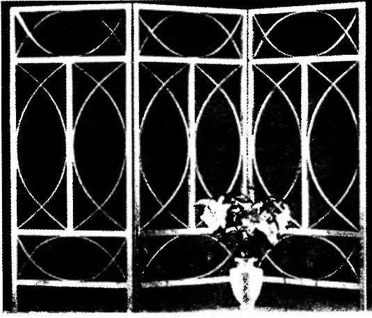 Пристенное декорирование интерьера узорной ширмой