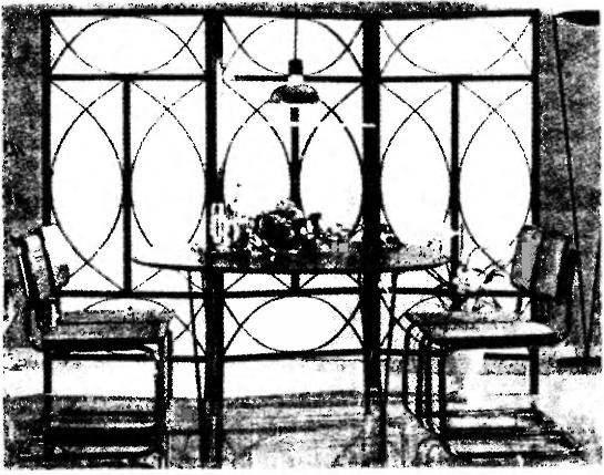 Выделение функционального уголка интерьера — «столовой»— декоративной ширмой