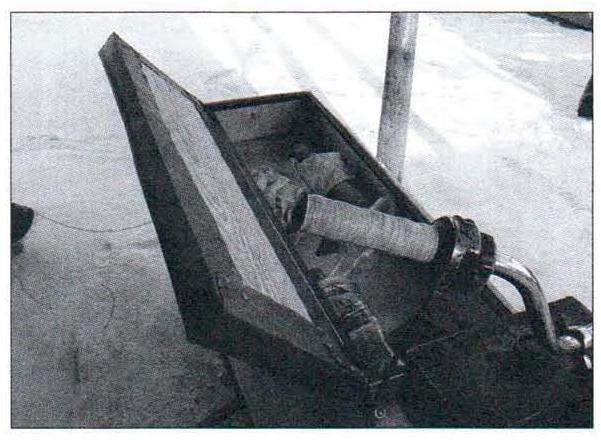 Инструментально-вещевой ящик под подушкой сиденья
