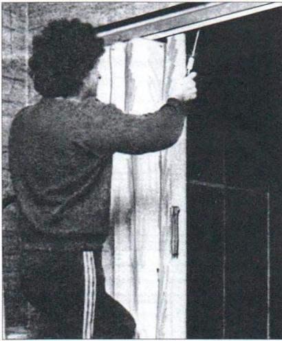 Дверь-«гармошка» сложенная в положение «открыто»