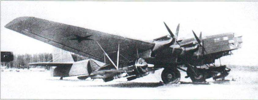 Composite dive bomber SPB with aircraft I-16 under wings