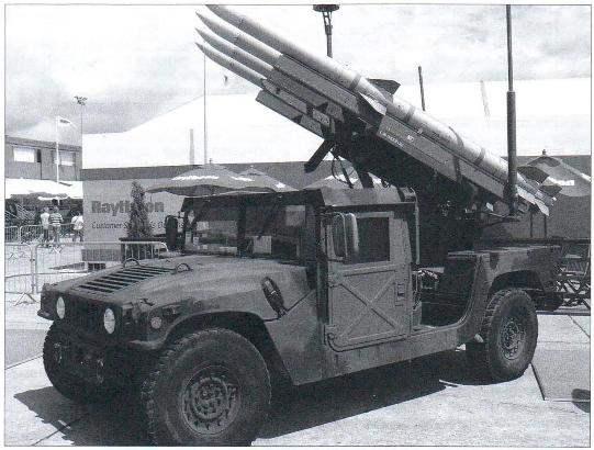Зенитный ракетный комплекс САТМ-120С фирмы Raytheon в экспозиции выставки вооружений в Париже, 2007 г.