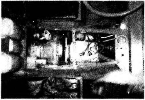 Двигатель и коробка передач с корзиной сцепления (крышка капота снята)