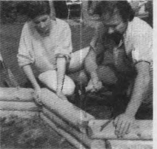 Сооружение бревенчатой стенки бассейна