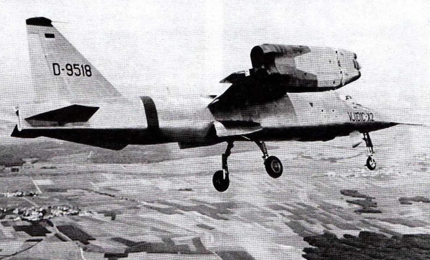 VJ-101 с выпущенным шасси заходит на посадку