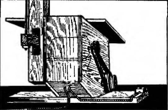 Короб со стойкой качалки — вид сзади