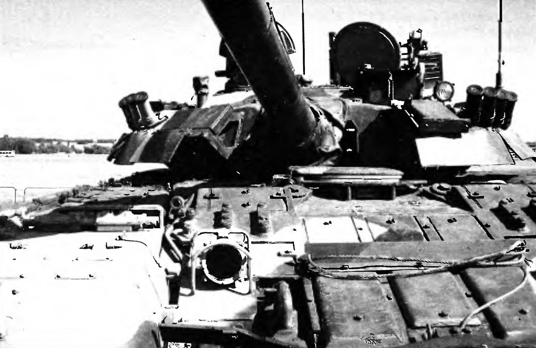 Вид Т-80 спереди. На переднем плане блоки динамической защиты, в подбашенном листе — люк механика-водителя с приборами наблюдателя. Люки командира и наводчика открыты