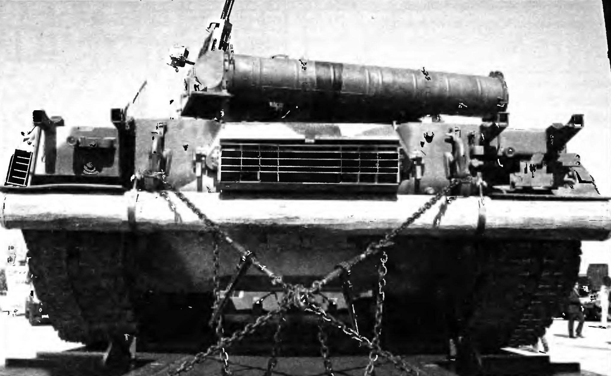 Крепление Т-80 при транспортировке на полуприцепе. Хорошо видны труба ОПВТ, решётка выхлопа, бревно для самовытаскивания