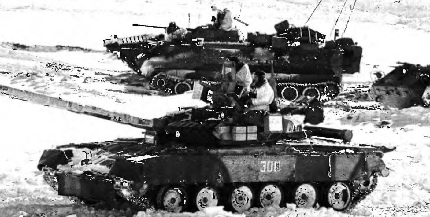 Танк Т-80 на зимних войсковых учениях